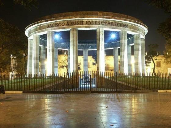 800pxGuadalajara_Mxico_Rotonda_Hombres_Jalicienses_Ilustres_noche